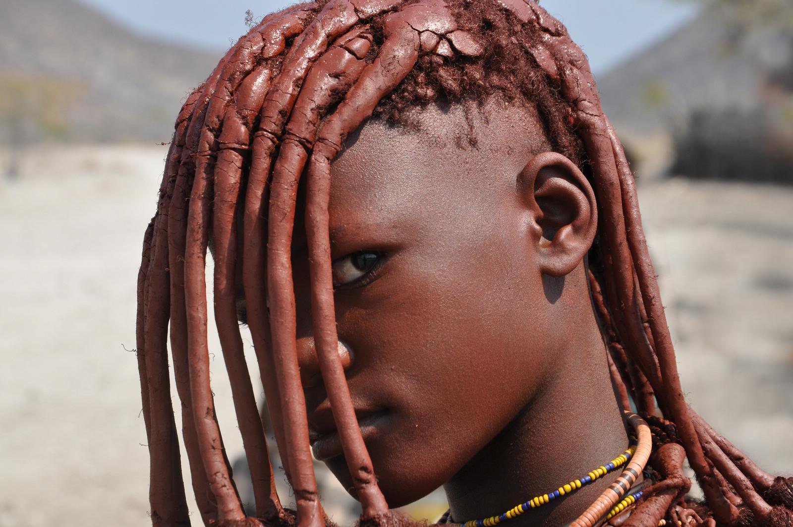 golie-modeli-iz-afrikanskih-plemen-foto-paltsem-zhopu-onlayn